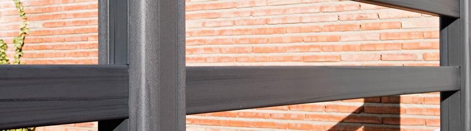 valla con acabado en madera gris